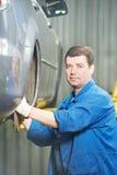 安装技工服务站轮子的汽车 免版税图库摄影