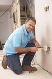 安装插口墙壁的电工 免版税库存图片