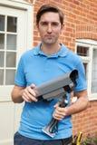 安装摄象机的工程师 免版税库存图片