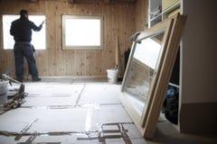 安装新的木窗口的工作者 免版税库存图片