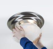 安装新的电灯泡 免版税库存图片
