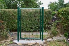 安装新的花园大门和篱芭 免版税库存照片