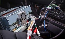 安装新的2声浪收音机在汽车 免版税库存照片