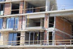 安装新窗口在一个新的大厦 免版税库存照片