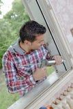安装新窗口的人 免版税库存照片