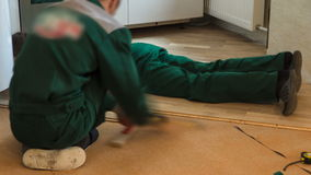 安装木木条地板板的木匠工作者在地板工作timelapse期间 影视素材