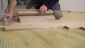 安装木木条地板的工作者 股票录像