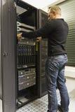 安装机架服务器 免版税库存照片