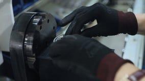 安装橡胶垫圈的工作者入工业设备 制造过程 影视素材