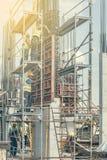 安装混凝土桩模子2的建筑工人 库存图片