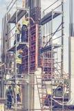 安装混凝土桩模子3的建筑工人 免版税库存照片