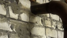 安装烟囱管子在金属熔炉 股票视频