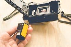 安装照片影片弹药筒的人 免版税库存图片