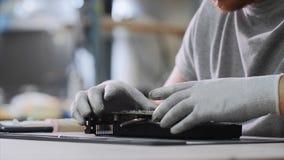 安装爱好者或通风设备Cpu的安装工的手在图形卡芯片组 股票录像