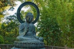 安装的古铜色菩萨庭院日语 免版税库存图片