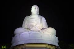 安装的菩萨的一个巨型雕塑夜空的背景的 长的儿子塔肖恩 免版税库存图片
