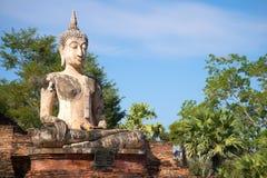 安装的菩萨的古老雕塑Wat Mae Chon佛教寺庙的废墟的在Sukhothai历史公园,泰国 库存图片