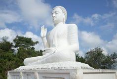 安装的菩萨的雕塑在修道院Medamulana里 斯里南卡 免版税库存照片