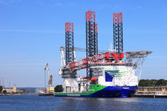 安装的风轮机一艘专门化的船 库存照片