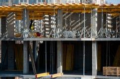 安装的建筑工人登上水平的模板在楼房建筑站点 免版税库存图片