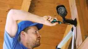 安装监视器的技术员在房子车棚 影视素材