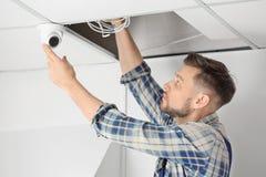 安装监视器的电工 免版税图库摄影