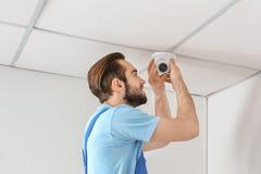 安装监视器的电工 免版税库存照片