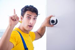 安装监视cctv照相机的承包商在办公室 库存图片