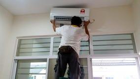安装空调器,住所改善 免版税库存图片