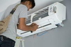 安装空调的工作者 免版税库存照片
