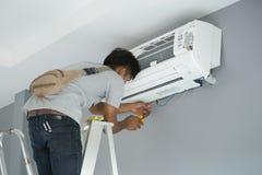 安装空调的工作者 库存图片