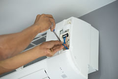 安装空调的工作者 图库摄影