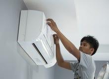 安装空调的工作者 库存照片