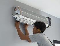 安装空调的工作者 免版税库存图片