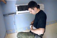 安装空调 库存照片