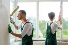 安装窗口的两名工作者 免版税库存照片