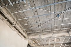 安装糊墙纸板天花板的金属框架 免版税库存图片