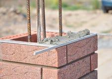 安装红色粉煤渣块和填隙砖石工联接外墙 库存照片