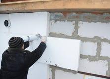 安装节能的大厦建设者刚性聚苯乙烯泡沫塑料隔音板 免版税库存照片