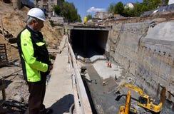 安装装置的开掘地下孔道者工作者在地下地铁地铁建造场所在索非亚,保加利亚 免版税图库摄影