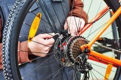 安装装配或调整的军人自行车齿轮在wh 免版税库存图片
