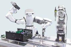 安装计算机芯片的产业机器人在生产线我 免版税库存照片