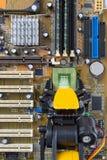 安装计算机芯片的机器人胳膊 免版税库存图片