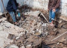 安装铁棍增强混凝土的工作者 免版税库存图片