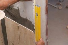 安装铺磁砖墙壁 免版税库存照片