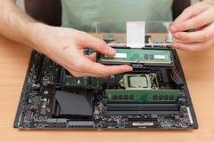 安装随机存取存储器的技术员入个人计算机 库存照片