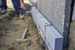 安装绝缘材料层数的建造者工作者 库存图片