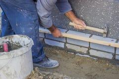 安装绝缘材料层数4的建造者工作者 库存照片