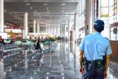 治安警卫在机场 免版税图库摄影