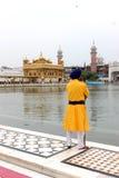 治安警卫在金黄寺庙,阿姆利则,旁遮普邦,印度前面站立了 库存图片